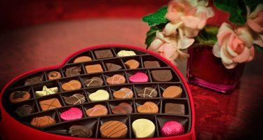 caixa em formato de coração com diversos tipos de chocolate e bombons